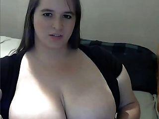 Gordura com seios grandes se masturbando na webcam