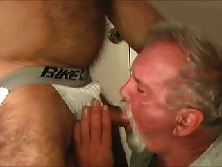 Abuelo follado por papai musculoso
