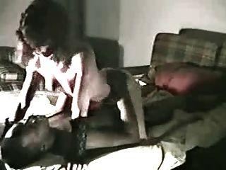 A esposa toma o galo preto enorme em casa quando o hubby filmar