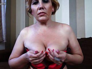 Loura madura mamãe slut masturbando no sofá