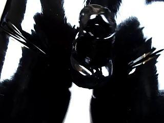 Vestindo calças de latex apertadas e luvas (vídeo de látex 2.0)