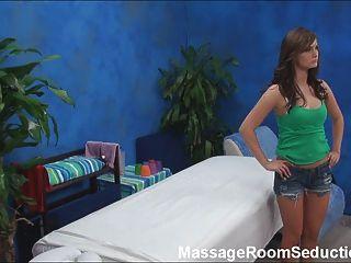 O terapeuta da massagem fode o adolescente quente!