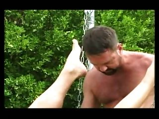 Bareback follando em um sling aire livre