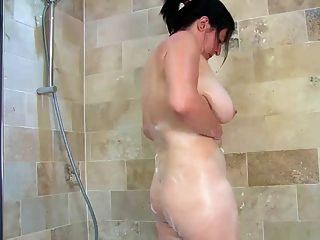 Inglês madura banha seus seios gigantes e pussy peludo