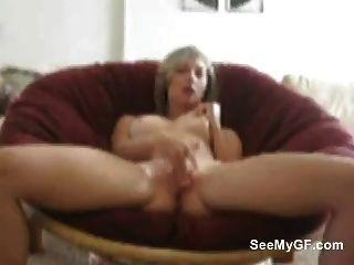 Garota loira masturbates ao lado de sua buceta