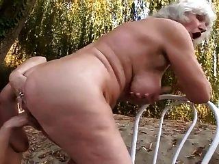 2 grannies diversão ao ar livre