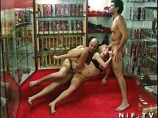 Milf anal francês fodido em trio em um sexshop
