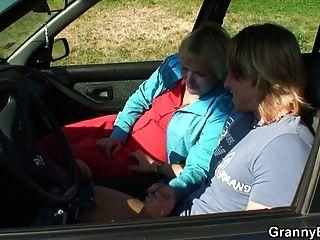 Ela monta meu pau de tesão direito no carro