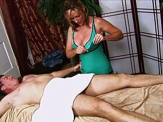 O guy começa um handjob das mamãs quentes