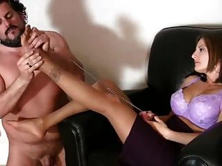 Escravo em uma trela licks pés em meia-calça