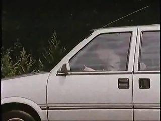 Velho com prostituta no carro