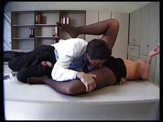 Paciente sexy em meia-calça preta fica fodido