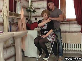 Sua esposa sai e ele bate sua mãe