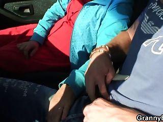 Granny slut é pregado no carro por um estranho