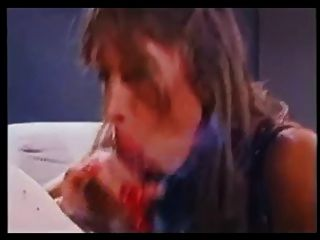 Hottie com pregos longos que fumam o blowjob