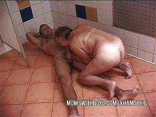 Velha puta e jovem stud em ação chuveiro