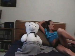 Uma menina e seu urso de peluche
