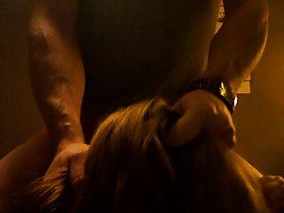 Prostituta muda chokes no pau e recebe slapped com um facial
