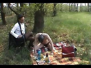 Treinamento escravo ao ar livre: botas, servidão e chicote
