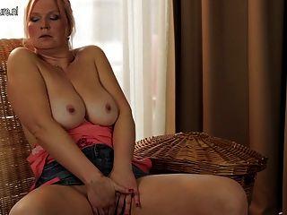 Grande breasted dona de casa mamãe ficar molhado