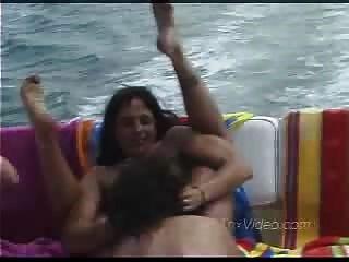 Lésbicas maduras em um barco