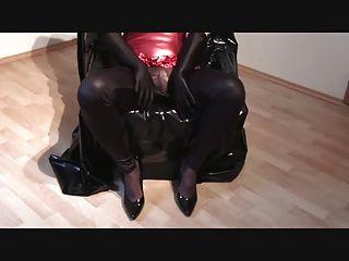 Cumming em roupas brilhantes 1