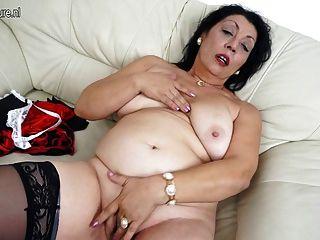 Mama velho ama se molhar em seu sofá