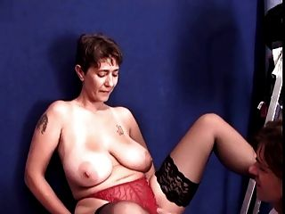 Inesquecível morena cabelo curto milf com mamas enormes fodido