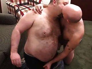 Dos bears lo pasan em grande con biberon final