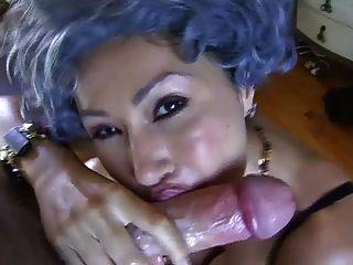 Mamãe me pegou masturbando em seu sutiã ... it4