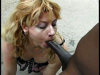 Mulher loira branca bonito suga o pau preto enorme sobre este cara sortudo