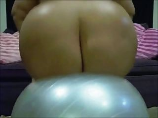 Emo bbw barbi boneca está saltando em uma bola de ioga