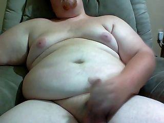 Cara gordo acariciando seu pau para você.