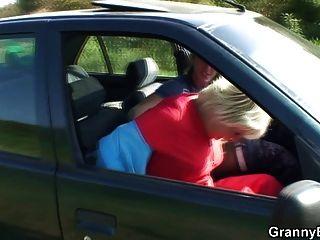 Vovó é ferrada no carro