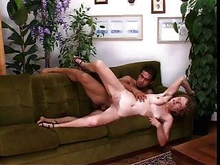 Mamã italiana peludo fodido em buceta e burro no sofá