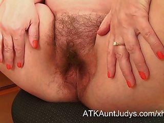 Nina tira e espalha seu manguito peludo
