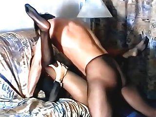 Menina em meia-calça preta está sendo fodida por cara