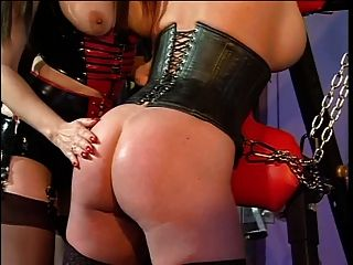 Big tits ruiva e sua amante em uma sessão bdsm
