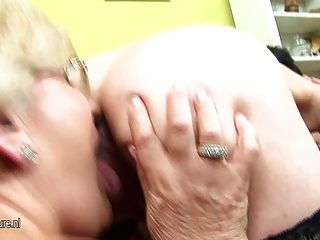 Adolescente grávida recebe lezzed por duas mães maduras