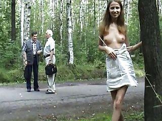 Rubia re puta se saca fotos e se desnuda em publico