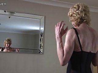 Granny mostrando fora seu corpo velho mas ainda quente