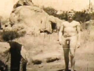 Nudista masculino mantém caber