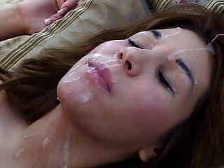 Menina em suas costas recebe uma grande carga em seu rosto e cabelo