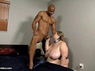 Mandy majestic fode seu primeiro galo preto grande