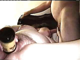 Gran dá um bj enquanto masturbabting usando uma garrafa