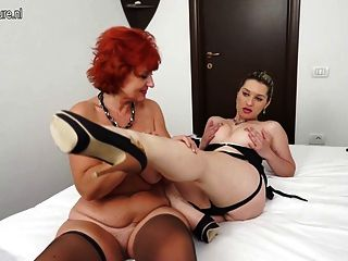 Menina quente e uma mãe ruiva madura ter grande sexo lésbica