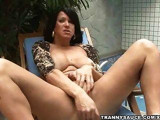 Tranny vixen puxando em seu pênis duro poolside