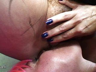 Grande lésbica madura se molhar com sua namorada madura