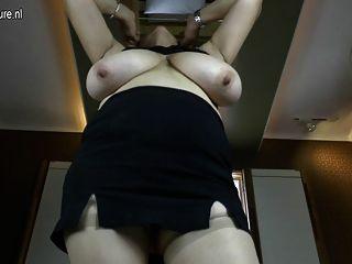 Vovó elegante com grandes mamas e vagina com fome