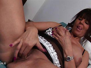 Dona de casa quente brincando com seu bichano molhado